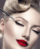 Aplicación del maquillaje del estilo del vintage Fotografía de archivo
