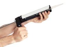 Aplicación del silicón con la pistola para calafatear Imagen de archivo libre de regalías