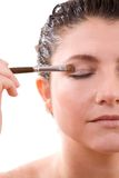Aplicación del sombreador de ojos Foto de archivo