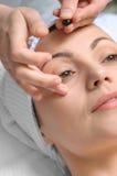 Aplicación del tratamiento de la piel fotografía de archivo