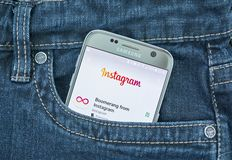 Aplicación móvil de Instagram en la pantalla de Samsung fotos de archivo libres de regalías