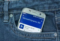 Aplicación móvil de la dinámica 365 de Microsoft en la pantalla de Samsung fotografía de archivo libre de regalías