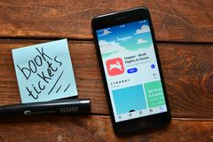 Aplicación móvil para los billetes de avión que ordenan imagen de archivo libre de regalías