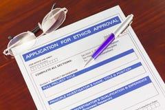 Aplicación para la forma de la aprobación de los éticas en el escritorio Foto de archivo libre de regalías