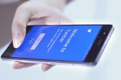 Aplicación móvil de Twitter Foto de archivo libre de regalías