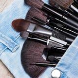Aplicadores y cepillos del maquillaje en bolsillo de los vaqueros Imagen de archivo libre de regalías