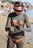 Aplicando a lama do mar inoperante imagem de stock