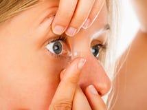 Aplicando las lentes de contacto fácilmente fotografía de archivo libre de regalías