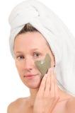 Aplicando a máscara de beleza Foto de Stock Royalty Free