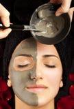 Aplicando a máscara facial Fotografia de Stock Royalty Free