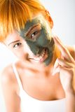 Aplicando a máscara do cuidado de pele Foto de Stock