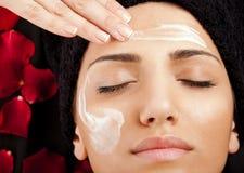 Aplicando o creme de face Imagens de Stock Royalty Free