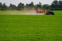 Aplicando o fertilizante Fotografia de Stock