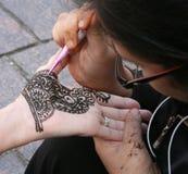 Aplicando o Henna imagem de stock