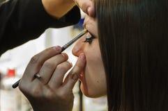 Aplicando o lineer do olho com uma escova na sala compor de bastidores Imagens de Stock Royalty Free