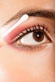 Aplicando o olho da composição do olho abra imagens de stock