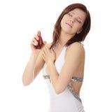 Aplicando o perfume fotografia de stock royalty free