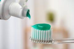 Aplicando a pasta na escova de dentes imagem de stock