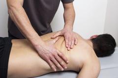Aplicando a terapia myofascial em pacientes para trás Foto de Stock Royalty Free