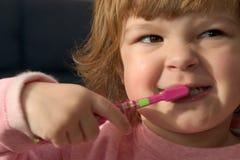 Aplicar mis dientes con brocha Foto de archivo libre de regalías