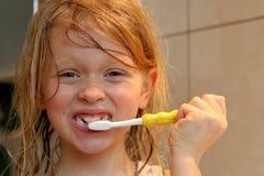 Aplicar mis dientes con brocha Fotos de archivo