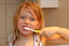 Aplicar mis dientes con brocha Foto de archivo
