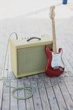 黄色葡萄酒吉他aplifier与缆绳和红色电吉他 免版税库存图片