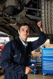 Aplikanta mechanik Pracuje Pod samochodem zdjęcia royalty free
