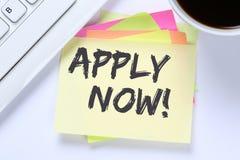 Aplique agora trabalhos, mesa de trabalho do negócio dos empregados do recrutamento do trabalho fotos de stock royalty free