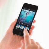 Aplique filtros na aplicação de Instagram no iPhone 5S de Apple Fotografia de Stock Royalty Free