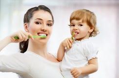 Aplique sus dientes con brocha imagen de archivo libre de regalías