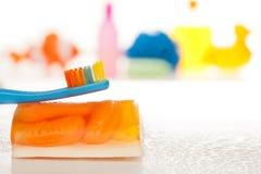 Aplique sus dientes con brocha diarios Foto de archivo