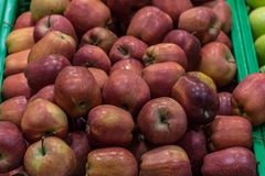 Aplle篮子在超级市场 免版税库存图片
