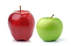 aplle πράσινο απομονωμένο κόκκινο λευκό δύο ανασκόπησης μήλων Στοκ Φωτογραφία