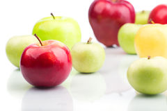 aplle πράσινο απομονωμένο κόκκινο λευκό δύο ανασκόπησης μήλων Στοκ εικόνες με δικαίωμα ελεύθερης χρήσης