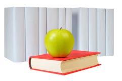 Aplle, libro rosso chiuso e riga dei libri grigi Immagini Stock