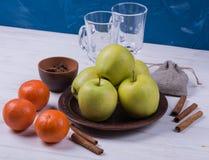 Aplles et mandarines avec l'épice Photos stock
