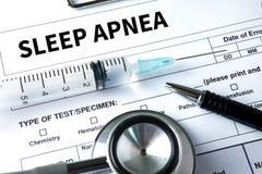 apnea de sueño usando CPAP, APNEA de SUEÑO de la máquina, sueño de la diagnosis imagen de archivo libre de regalías