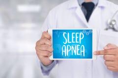 apnea de sueño usando CPAP, APNEA de SUEÑO de la máquina, sueño de la diagnosis fotos de archivo