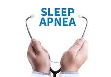 apnea de sueño usando CPAP, APNEA de SUEÑO de la máquina, sueño de la diagnosis imagen de archivo