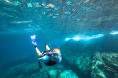 Apnea im tropischen Meer Lizenzfreies Stockfoto