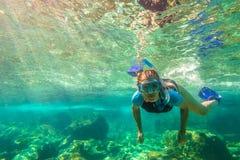 Apnea im tropischen Meer Stockbild