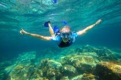 Apneia no mar tropical Fotos de Stock Royalty Free