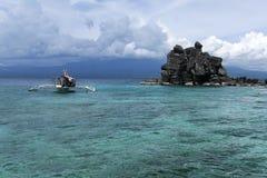 apo小船下潜海岛菲律宾 库存图片