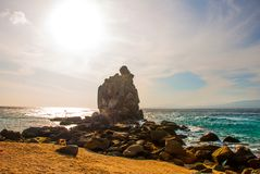 Apo海岛,菲律宾,在海岛海滩线的看法:沙子,岩石,海 库存照片