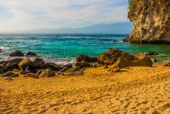 Apo海岛,菲律宾,在海岛海滩线的看法:沙子,岩石,海 图库摄影