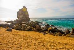 Apo海岛,菲律宾,在海岛海滩线的看法:沙子,岩石,海 免版税库存图片