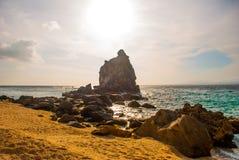 Apo海岛,菲律宾,在海岛海滩线的看法:沙子,岩石,海 免版税库存照片