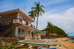 Apo海岛,菲律宾,在海岛海滩线的看法:海,房子 免版税库存照片