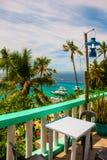 Apo海岛,菲律宾,在海岛海滩线的看法 棕榈树、海和小船 图库摄影